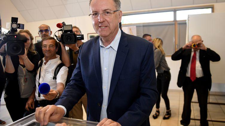 Le ministre de la Cohésion des Territoires, Richard Ferrand, dans un bureau de vote à Motreff (Finistère), le 18 juin 2017, pour le second tour deslégislatives. (FRED TANNEAU / AFP)