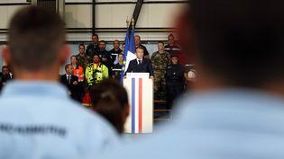 Le président Emmanuel Macron lors de son discours en hommage aux victimes des inondations dans l'Aude, le 22 octobre 2018 à Villalier. (GUILLAUME HORCAJUELO / POOL)