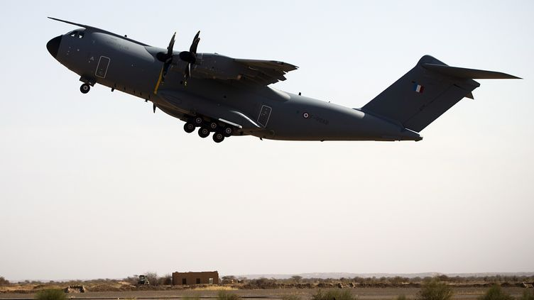Un avion de l'armée française sur la base militaire deGao (Mali), le 31 décembre 2013. (JOEL SAGET / AFP)