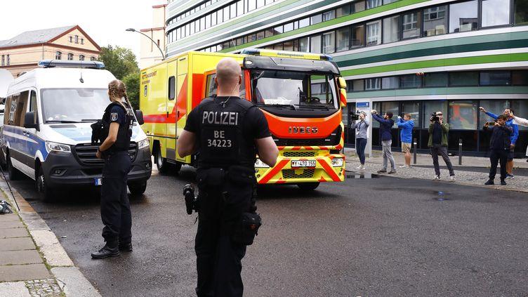 La police allemande surveille l'ambulance qui conduit l'opposant russe Alexeï Navalny à l'hôpital à Berlin, le 22 août 2020. (ABDULHAMID HOSBAS / ANADOLU AGENCY/AFP)