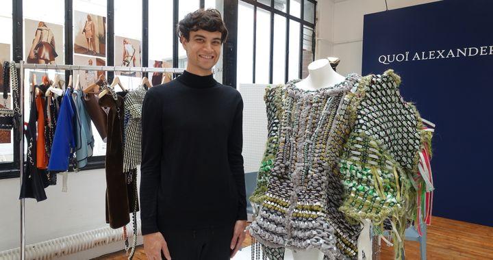 Le créateur Quoï Alexander, en septembre 2016, à Designers Apartment. Il pose devant une robe ayant nécessité 300 heures de travail.  (Corinne Jeammet)