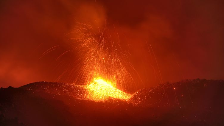 Une éruption sur le Piton de la Fournaise sur l'ïle de la Réunion, le 3 avril 2018. (VINCENT DUNOGUE / CROWDSPARK)