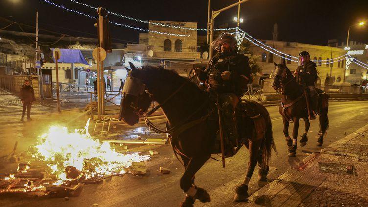 La police montée isarélienne déployée à Jérusalem, le 22 avril 2021. (AHMAD GHARABLI / AFP)