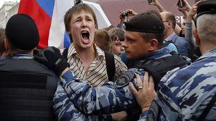 Un jeune manifestant face aux policiers à Moscou, le 12 juin 2017 (ALEXANDER ZEMLIANICHENKO / AP / SIPA)