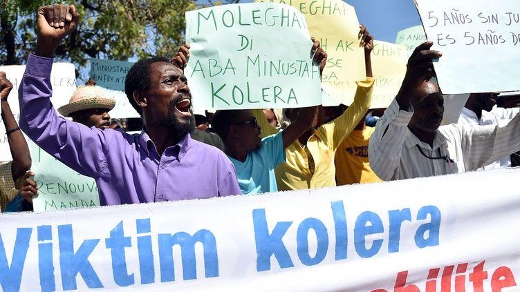 Des victimes du choléra manifestent devant une base de la Minustah à Port-au-Prince, le 15 octobre 2015. (AFP PHOTO / HECTOR RETAMAL)