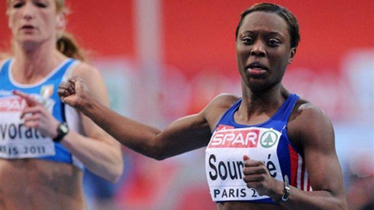 Myriam Soumaré à l'arrivée de sa demi-finale du 60m