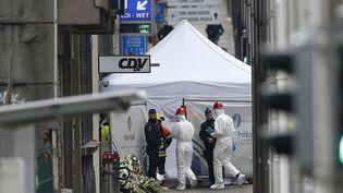 La police scientifique belge à l'œuvre dans la stationMaalbeek à Bruxelles, au lendemain des attentats du 22 mars. 2016. (FRANCOIS LENOIR / REUTERS)