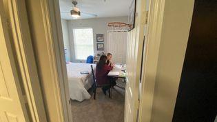 Une femme américaine fait l'école à la maison à son adolescent autiste, le 1er octobre 2020à Orlando(Etats-Unis). (GIANRIGO MARLETTA / AFP)