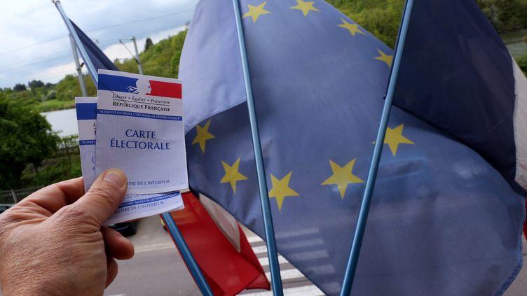 Une carte électorale et un drapeau européen (illustration). (JULIO PELAEZ / MAXPPP)