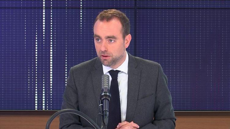 """Sébastien Lecornu,ministre de l'Outre-mer était l'invité du """"8h30 franceinfo"""", vendredi 4 juin 2021. (FRANCEINFO / RADIOFRANCE)"""