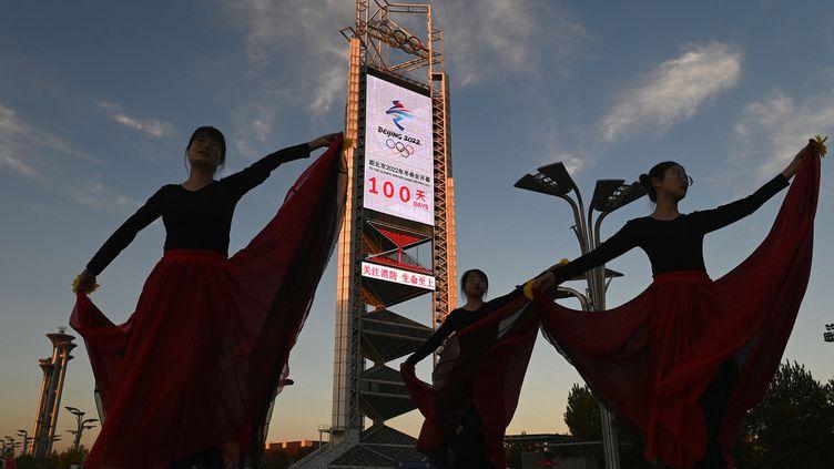 Des performances de danse pour lancer le compte à rebours, 100 jours avant les Jeux olympiques de Pékin. (NOEL CELIS / AFP)