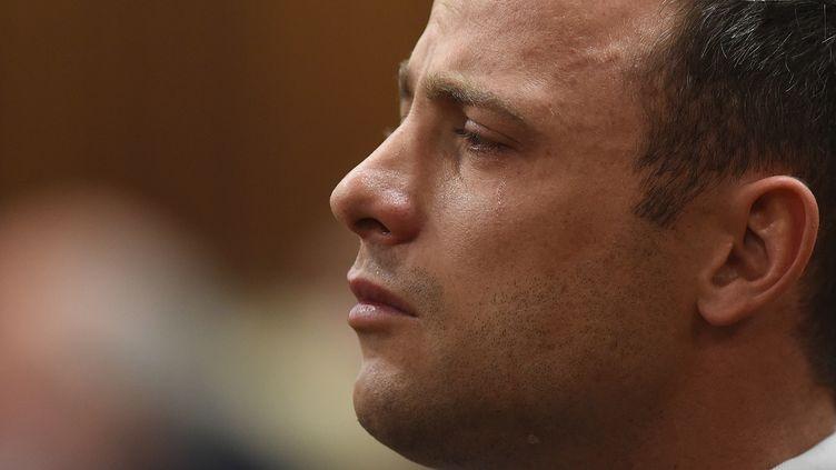 Le champion paralympique Oscar Pistorius écoute la juge au tribunal de Pretoria (Afrique du Sud), le 11 septembre 2014. (PHILL MAGAKOE / POOL / AFP)