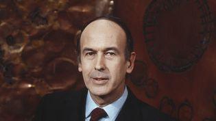 Valéry Giscard d'Estaing, sur le plateau du journal télévisé de la 2e chaîne, en 1972. (JEAN PIERRE LOTH / INA / AFP)