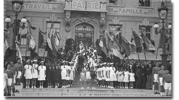Voyage du maréchal Pétain et de l'amiral Darlan à Villefranche-sur-Saône et Lyon en septembre1941 : les enfants sur le perron de la mairie  (Archives nationales / Carole Bauer)