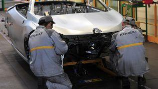 Des salariés de Renault travaillent sur une chaîne d'assemblage, à Douai (Nord), le 25 mai 2010. (PHILIPPE HUGUEN / AFP)