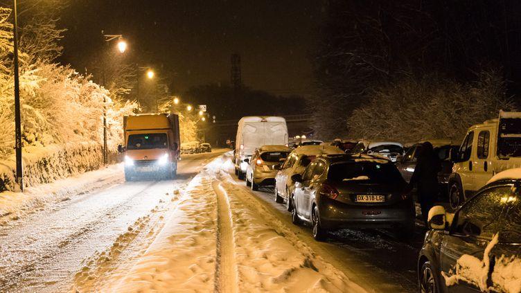 Des centaines de voitures sont restées bloquées à Bièvres (Essonne) dans la nuit de mardi à mercredi. (AFP)