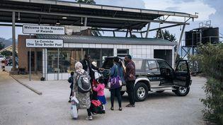 Des résidents de Goma (République démocratique du Congo) traversent la frontière avec le Rwanda, le 28 mai 2021. (ALEXIS HUGUET / AFP)
