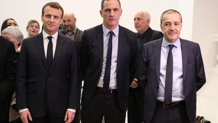 Emmanuel Macron au côté duprésident de l'Assemblée de Corse Jean-Guy Talamoni (au centre) et duprésident du Conseil exécutif de Corse, Gilles Simeoni (à gauche), lors d'une précédente visite en Corse, le 6 février 2018 à Ajaccio (Corse-du-Sud). (LUDOVIC MARIN / AFP)