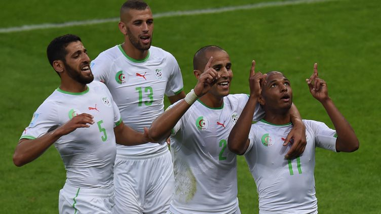 Les joueurs algériens Rafik Halliche, Islam Slimani,Madjid Bougherra etYacine Brahimi (de gauche à droite), célèbrent un but lors du match face à la Corée du Sud, pendant le Mondial au Brésil, le 22 juin 2014. (PEDRO UGARTE / AFP)