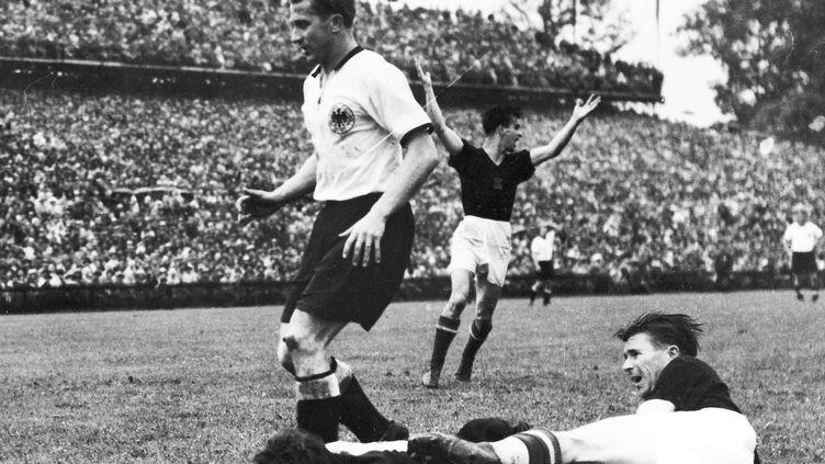 Le joueur hongrois Ferenc Puskas lors de la défaite de son équipe en finale de la Coupe du monde face à la RFA, le 4 juillet 1954, à Berne (Suisse). (AP/SIPA / AP)