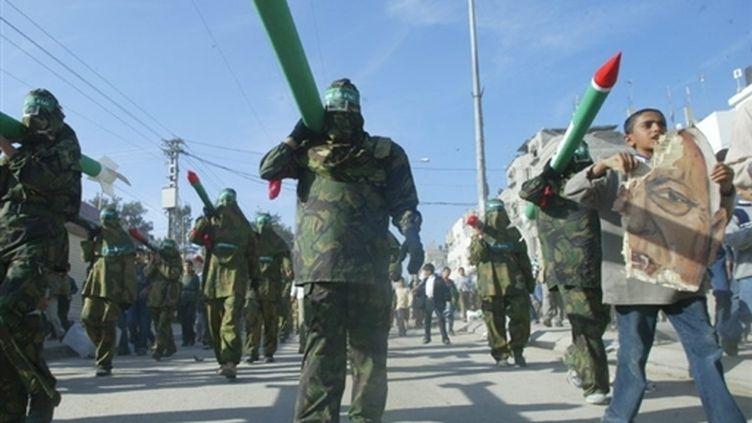 Répliques de roquettes tirées sur Israël depuis le territoire palestinien de Gaza lors d'une manifestation (© AFP - Mohammed Abed)