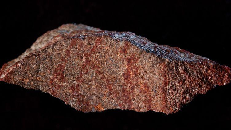 """Le """"plus ancien dessin au crayon"""" a été découvert en Afrique du Sud, dans la grotte de Blombos, située à 300 kilomètres à l'est de la ville du Cap.  (Craig Foster / NATURE PUBLISHING GROUP / AFP)"""
