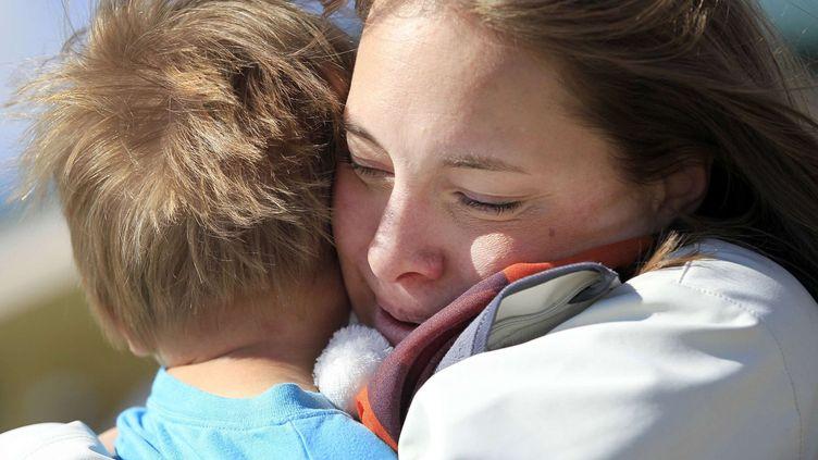 Une mère américaine, Sarah Wilkerson, enlace son fils Aaron, 3 ans, dans un parc, à Parker, dans le Colorado, en octobre 2013. Celui-ci est atteint d'une maladie rare. (MCT / SIPA USA)