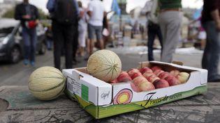 """La Confédération syndicale agricole des exploitants familiaux a organisé le 22 août 2012 à Paris la vente """"au juste prix"""" de fruits et légumes pour dénoncer """"les marges abusives"""" des grandes surfaces. (KENZO TRIBOUILLARD / AFP)"""