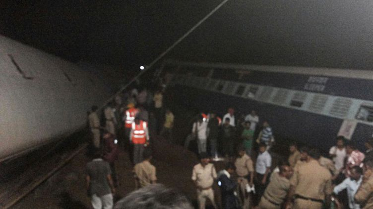 Des secouristes s'activent sur les lieux d'un double déraillement de trains, mercredi 5 août 2015, dans l'Etat du Madhya Pradesh, en Inde. (  REUTERS)
