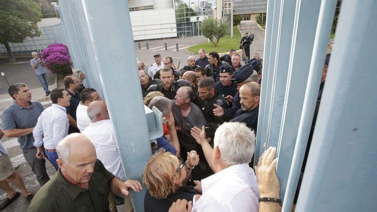 Des commerçants corses, protestant contre la grève à la SNCM qui paralyse l'île,évacués par la force de la préfecture de Haute-Corse, le 4 juillet 2014, à Bastia. (  MAXPPP)