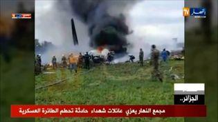 Les images de la télévision algérienne montre le crash d'un avion militaire, le 11 avril 2018 à quelques kilomètres au sud d'Alger (Algérie). (MARINA PASSOS / ENNAHAR TV)
