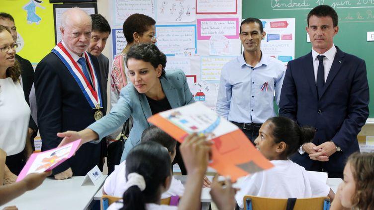 Au premier plan, la ministre de l'Education nationale, Najat Vallaud-Belkacem (à g.) et le Premier ministre, Manuel Valls,en visite dans une classe de Saint-Benoît, à La Réunion, le 12 juin 2015. (RICHARD BOUHET / AFP)