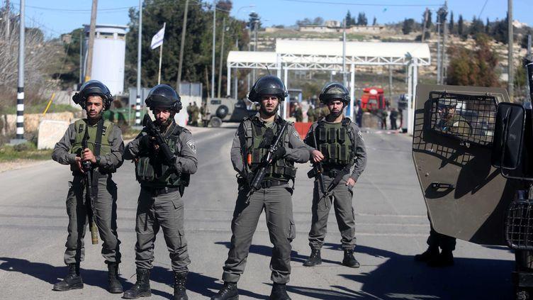 Les soldats israéliens prennent des mesures de sécurité après l'attaque dupoint de contrôlede Beit-El, dimanche 31 janvier 2016. (ISSAM RIMAWI / ANADOLU AGENCY)