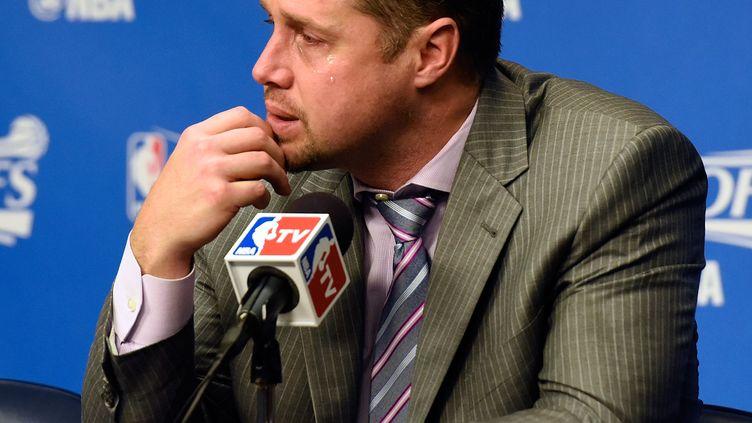 L'entraîneur Dave Joerger dépité et en larmes après l'élimination de son équipe de Memphis par les Spurs en play-offs. Cela lui a coûté son poste. (FREDERICK BREEDON / GETTY IMAGES NORTH AMERICA)