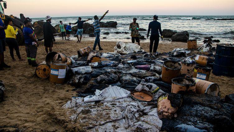 Une plage de Cabo de Santo Agostinho (Etat du Pernambouc), au nord-est du Brésil, nettoyée par les habitants, livrés à eux-mêmes face à la pollution au pétrole. (MARCELA CINTRA / SALVE MARACAIPE)
