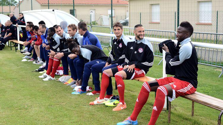 Des joueurs de l'équipe de Luzenac, lors d'un match amical contre Toulouse, le 12 juillet 2014 à Mazères (Ariège). (REMY GABALDA / AFP)