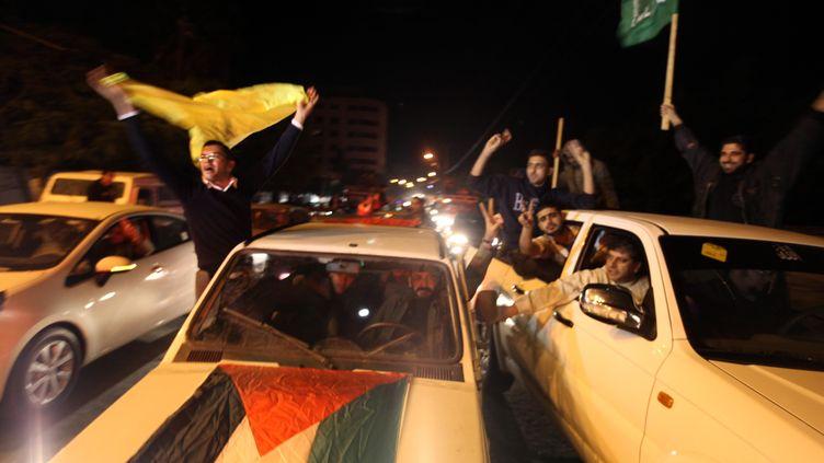 """Des Palestiniens, supporters du Fatah et du Hamas célèbrent la Palestine devenue """"Etat observateur"""" à l'ONU, à Gaza, le 30 novembre 2012. (PATRICK BAZ / AFP)"""
