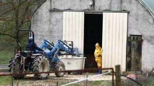 Un vétérinaire équipé d'une combinaison plastique désinfecte un élevage contre le virus de la grippe aviaire à Montesquiou (Gers), le 26 février 2021. (SEBASTIEN LAPEYRERE / HANS LUCAS)