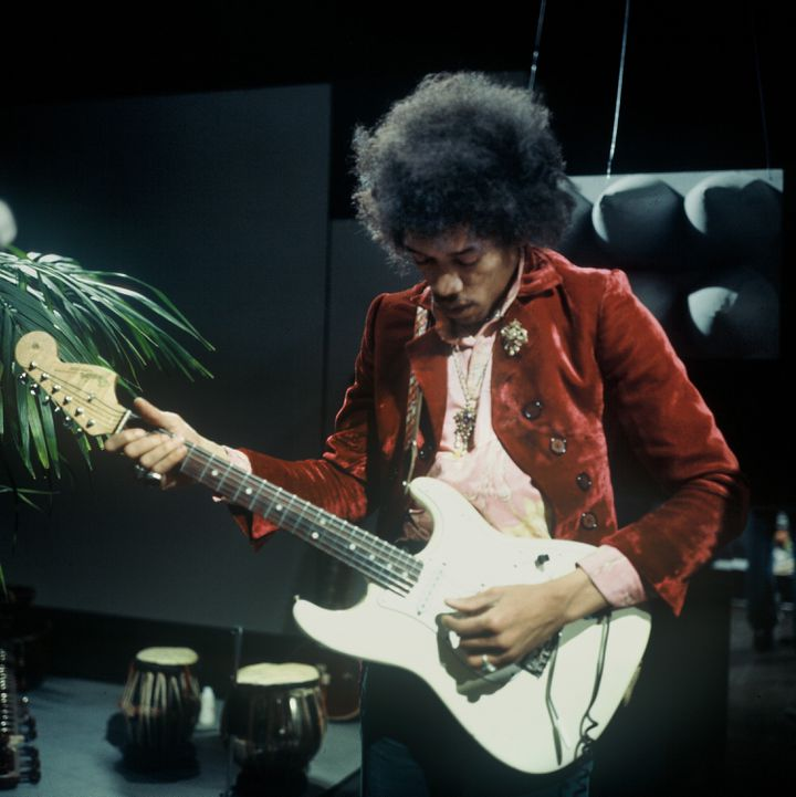 Jimi Hendrix sur une de ses nombeuses Stratocaster (pour droitier) aux studios de télévision Hivsersum (Pays-Bas) le 01/01/1967 (KIPPA / ANP)