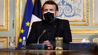Le président français Emmanuel Macron lors d'une visio-conférence avec l'OMS, depuis l'Elysée, à Paris, le 8 février 2021. (CHRISTIAN HARTMANN / AFP)