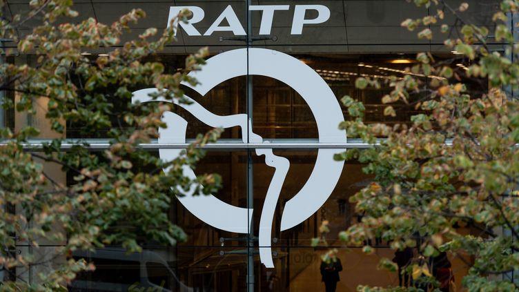 Le logo de la RATP sur une façade de son siège, à Paris, le 13 septembre 2019. (SAMUEL BOIVIN / NURPHOTO / AFP)