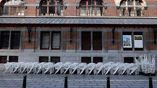 Un restaurant fermé, le 19 octobre 2020 à Bruxelles (Belgique). (KENZO TRIBOUILLARD / AFP)