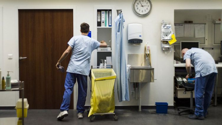 Aux urgences de l'Hôtel-Dieu,à Paris, le 31 mai 2013.Près de 6 000 médecins intérimaires seraient employés quotidiennement dans les hôpitaux publics français. Les urgences font partie des services qui ont le plus recours à ces professionnels. (FRED DUFOUR / AFP)
