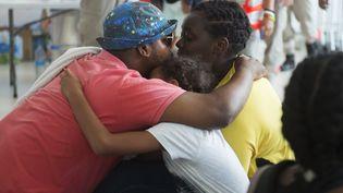 Une famille vient d'être évacuée de l'île de Saint-Martin vers la Guadeloupe, le 9 septembre 2017. (HELENE VALENZUELA / AFP)