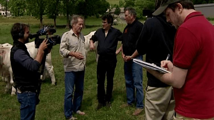 Gérard Klein en tournage en Haute-Loire en compagnie du médecin-urgentiste Patrick Peloux (3e en partant de la gauche)  (France 3 Culturebox)