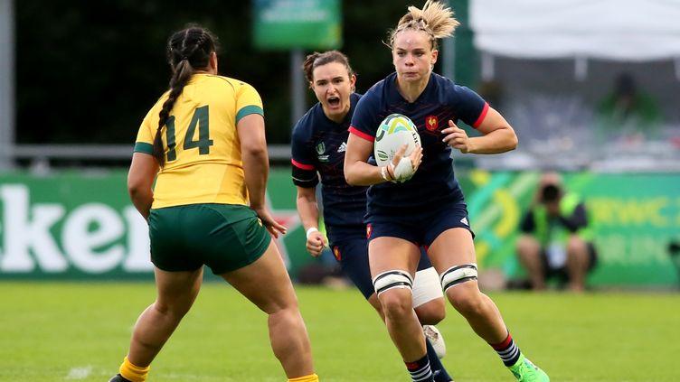 Les Françaises conquérantes face à l'Australie lors de la 2e journée de la Coupe du Monde féminine de rugby. (PAUL FAITH / AFP)