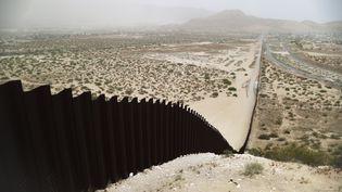 Le mur à la frontière entre les Etats-Unis et le Mexique, près de Ciudad Juarez (Mexique), le 20 mai 2019. (MARIO TAMA / GETTY IMAGES NORTH AMERICA / AFP)