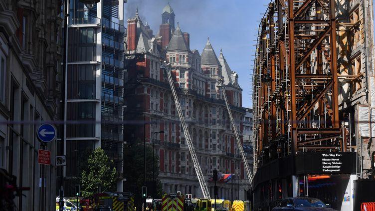Un incendie s'est déclenché au Mandarin Oriental Hotel, à Londres (Royaume-Uni) le 6 juin 2018. (BEN STANSALL / AFP)