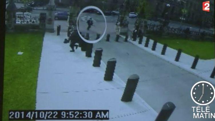 Des caméras de surveillance ont enregistré l'arrivée du tireur au Parlement canadien, à Ottawa, le 22 octobre 2014. ( FRANCE 2)