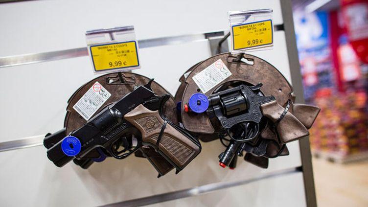 """(Des pistolets et revolver en plastique dans un magasin de jouets Toys """"R"""" US © Maxppp)"""